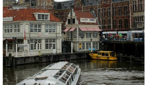 Suasana kanal di depan stasiun Amsterdam Central, credit by Putri Nurina
