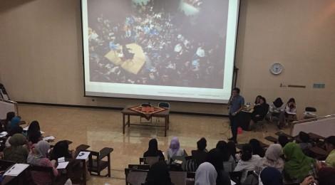 Donny Eryastha sedang mempresentasikan pengalamannya bersekolah di Harvard pada Airlangga School of Diplomacy, Universitas Airlangga Surabaya