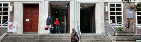 Di depan gedung utama SOAS, University of London, kampus Russell Square.