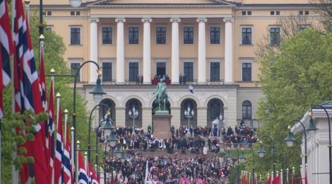 Pawai masyarakat di depan istana raja Norwegia pada perayaan hari konstitusi 18 Mei untuk memperingati lepasnya Norwegia dari kekuasaan Swedia