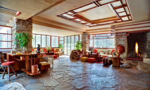 Suasana interior ruang utama Fallingwater House