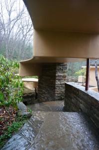 Atap dibuat miring dan berundak mengikuti sifat air yang mengalir