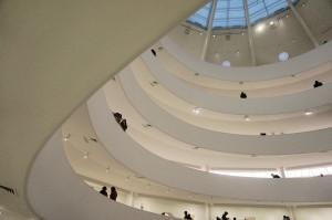 Ramp seperti pita yang melilit ruang dalam Guggenheim Museum