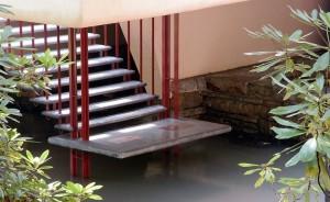 Tangga yang menjadi akses langsung dari ruang tamu ke sungai dan air terjun