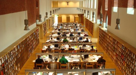 Suasana perpustakaan kampus Arenberg - Katholieke Universiteit Leuven.  Para mahasiswa/i serius belajar di musim ujian. (Photo courtesy of Flickr.com)