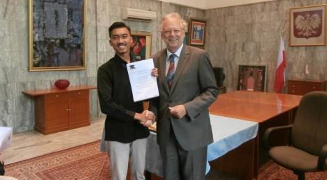 Bersama dengan Dubes Polandia untuk indonesia saat pertemuan persiapan keberangkatan.