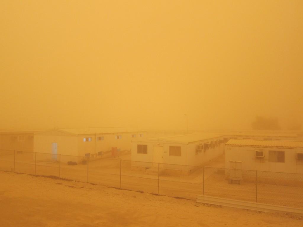 Suasana camp di Qatar saat terjadi badai pasir.