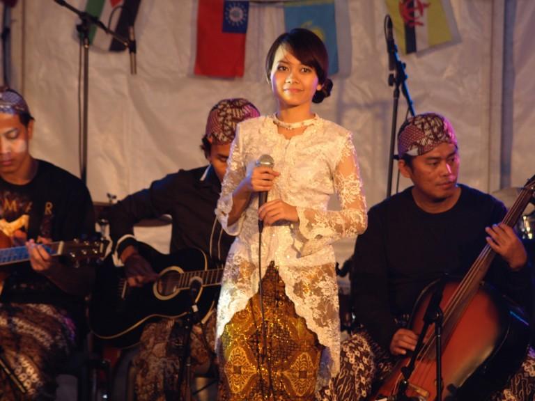 Terus melestarikan budaya Indonesia melalui musik keroncong ketika berada di Australia
