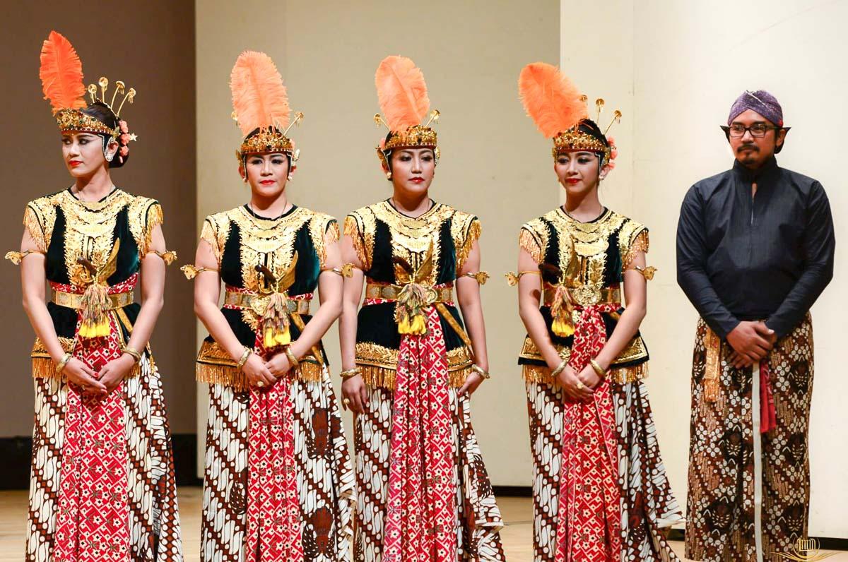 Menari Serimpi bersama GKR Mangkubumi (kakak #1), GKR Condrokirono (kayak #2), saya tengah, GKR Bendara (adik), dan KPH Notonegoro (suami) di acara 30th Anniversary Kyoto - Yogyakarta Sister City di Kyoto pada September 2015
