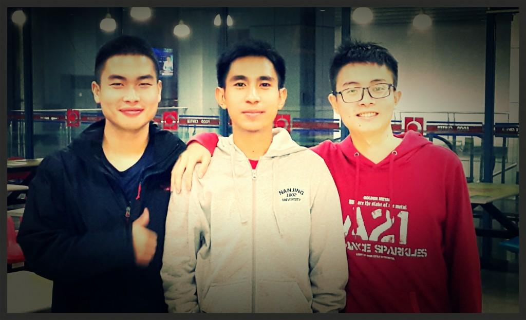 Bersama dua mahasiswa Tiongkok