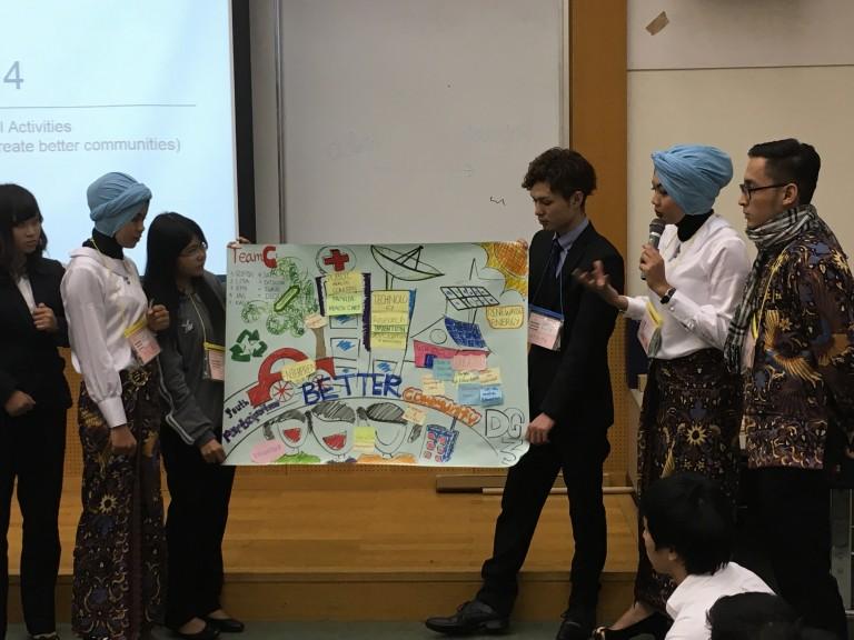 Ranitya saat Diskusi bersama participating Youth yang lain