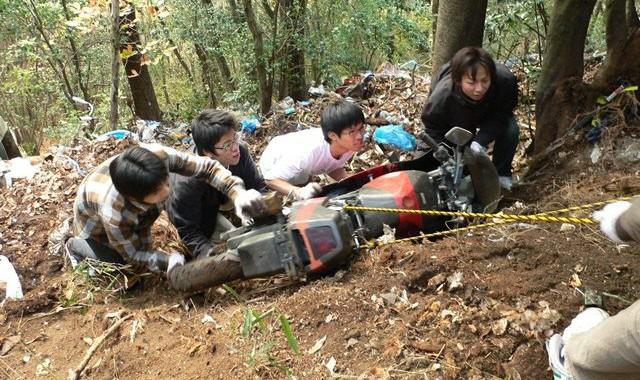 Relawan PTO menyingkirkan bangkai motor yang dibuang di Rokucho Pass, Mt. Ogura, Kyoto.
