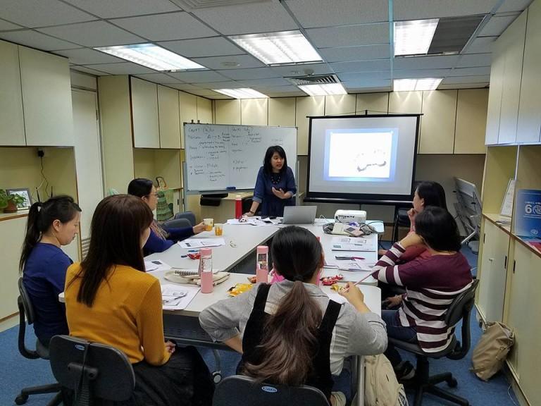 Penulis memberikan pelatihan human trafficking untuk beberapa LSM di Hong Kong