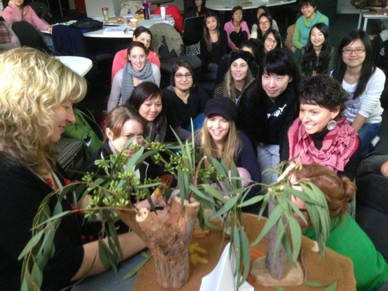 Mempelajari tentang suku lokal Australia dan penggunaan bahan alami di dalam permainan anak pada tahun pertama di University of Melbourne, tahun 2013.
