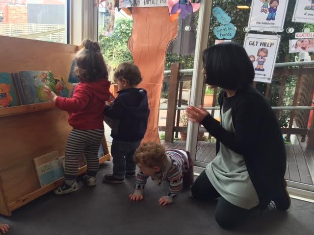 Menemani anak-anak didik membereskan buku setelah bermain
