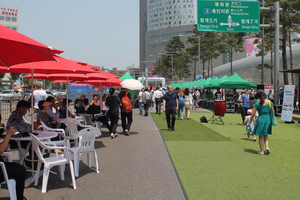 Suasana ketika saya menjadi volunteer pada acara Seoul Global Center Foreigner's Flea Market di depan Dongdaemun Design Plaza