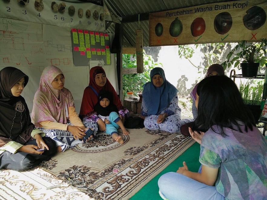Berdiskusi langsung dengan pendidik di Sembalun ketika menyusun kurikulum untuk Rumah Belajar Sangkabira