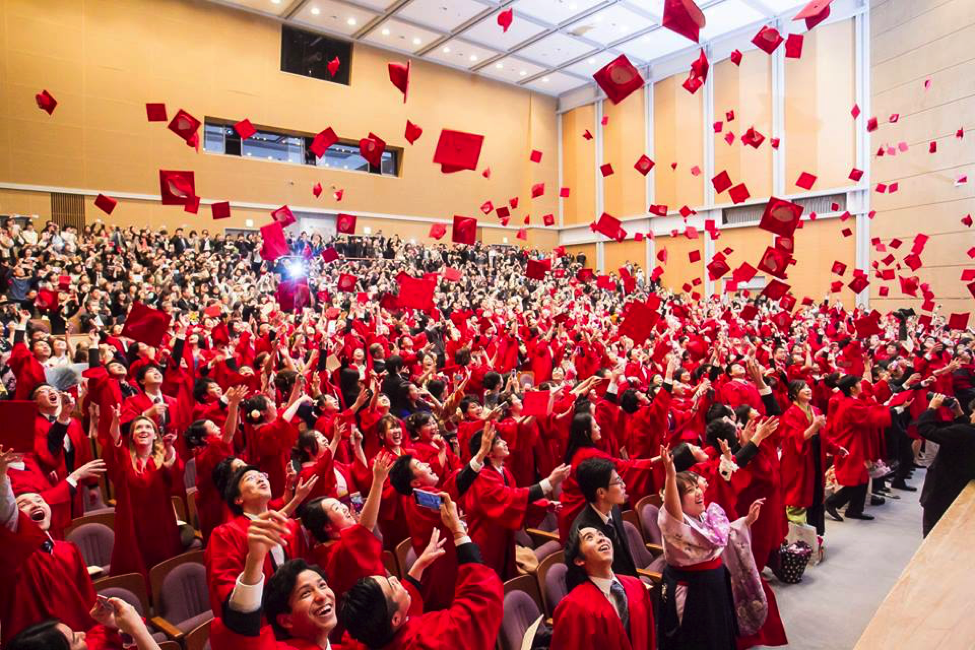 Suasana wisuda APU yang mariah, di mana mahasiswa siap menantang dunia