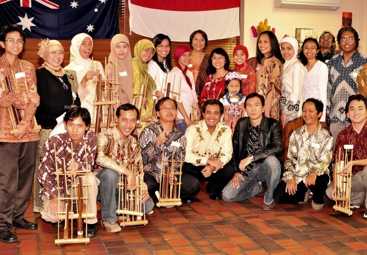 Indonesian community at the Indonesia-Australia Friendship Buffet, Brisbane, May 2010 (photo by Andri Setiawan)
