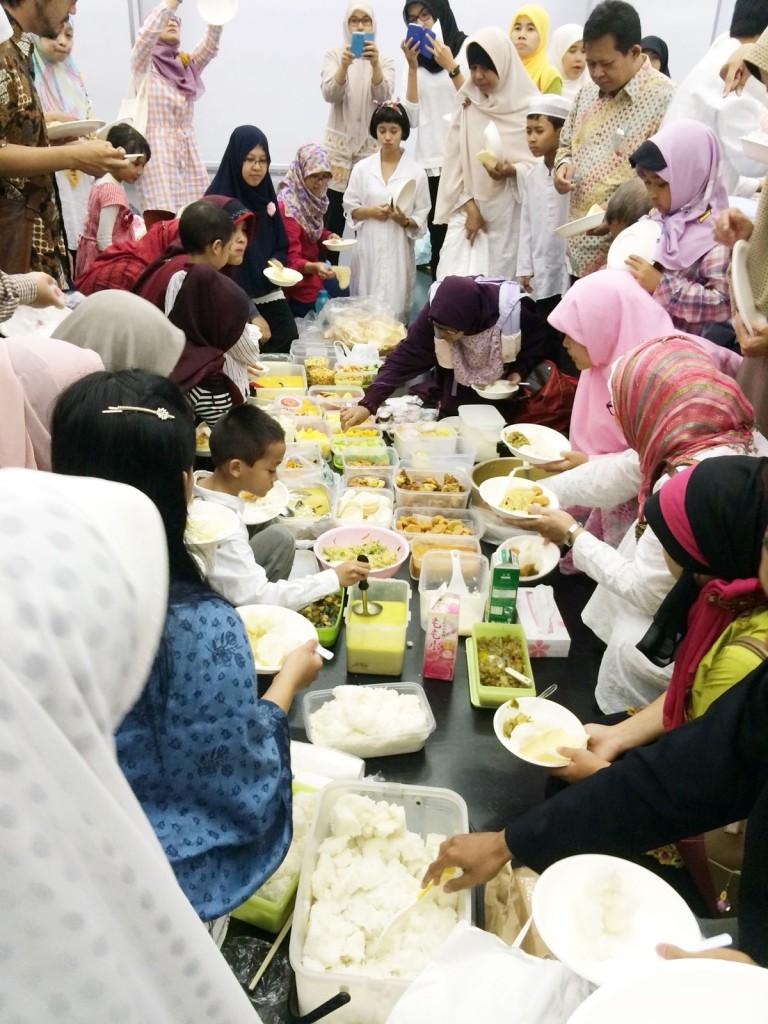 Suasana makan-makan setelah Shalat Ied di Kyoto