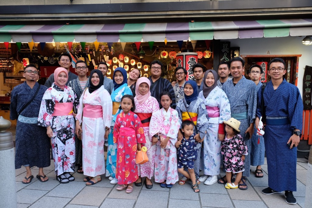 Warga Kyoto-Shiga mengenakan yukata pinjaman hasil kerjasama PPI-KS dengan Asosiasi Persahabatan Jepang-Indonesia (APJI) di Festival Gion