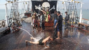 "Ritual ""Mandi Khatulistiwa"" di atas KRI Dewaruci (©NetZ)"