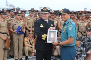 Prosesi pertukaran cinderamata antara TNI AL dan Royal Australian Navy (©AAL60)