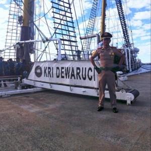 Penulis berfoto di depan KRI Dewaruci sebelum memulai pelayaran ke Australia (©ddbaskoro)