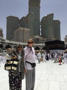 Nurul dan suami berfoto di depan Ka'Bah. Jika Allah berkehendak maka apapun bisa terjadi.