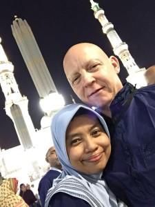 Nurul dan suami berfoto di depan Mesjid Nabawi, Madinah.