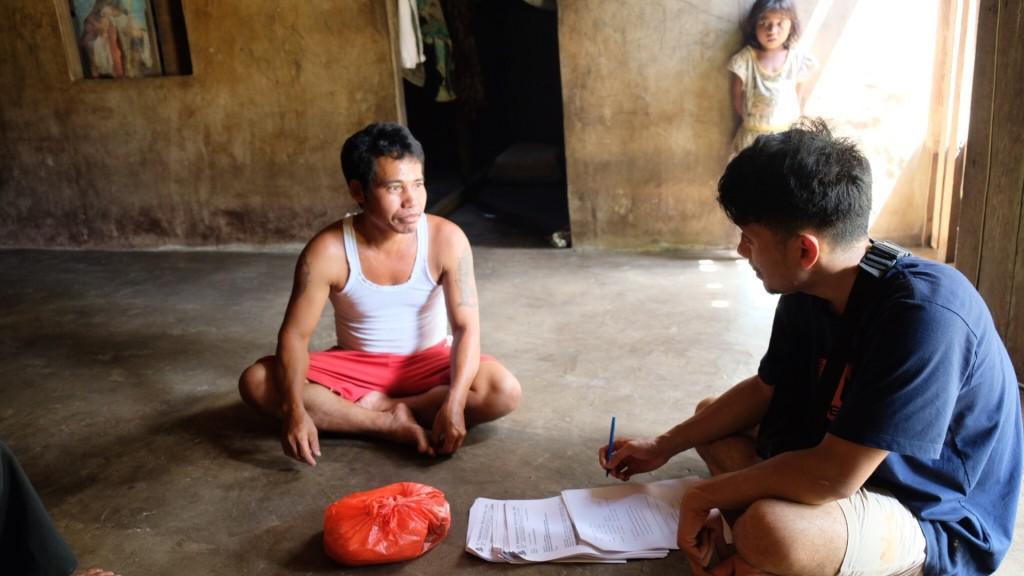 Proses mewawancara penduduk sebagai bagian dari riset