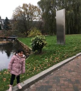 Kira berpose di Leiden University. Foto milik penulis.