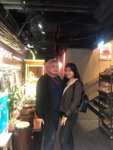 Sasha dan Riri di sebuah restoran Indonesia di Hong Kong