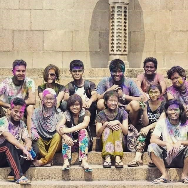1.Penulis bersama teman mahasiswa pada perayaan Hari Holi atau Festival Warna