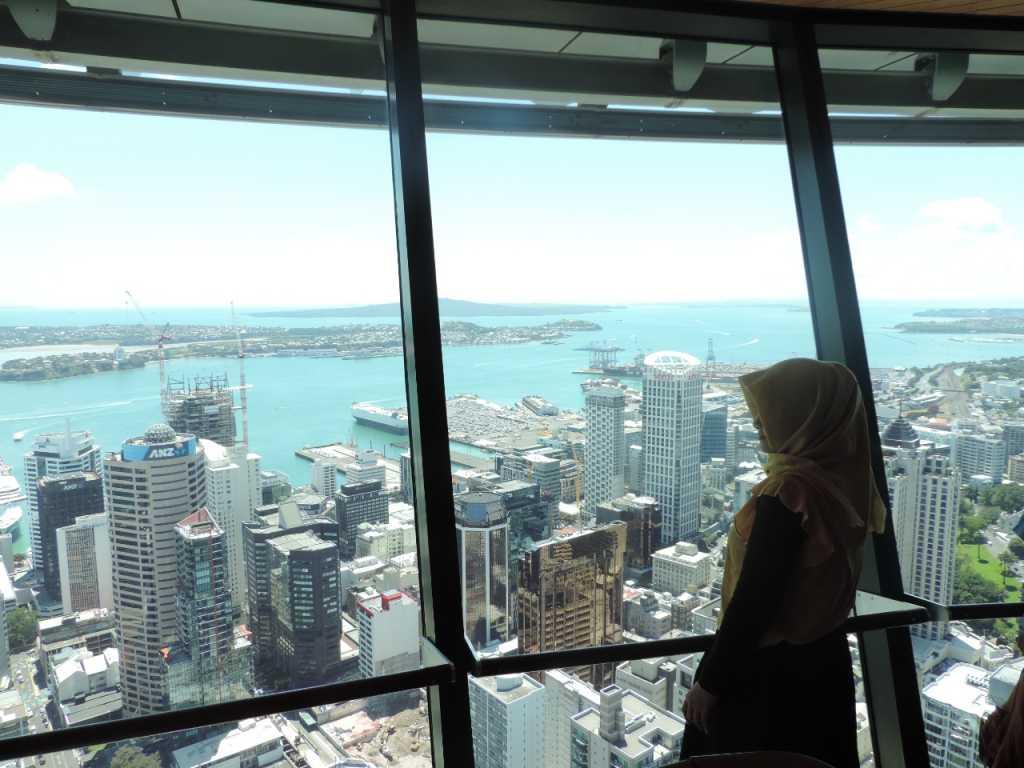 Menikmati pemandangan kota Auckland dari Sky Tower