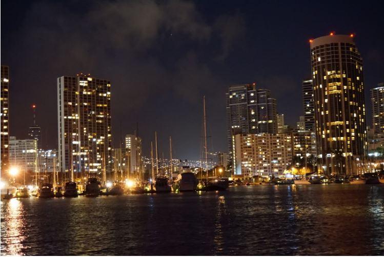 Taman pantai Ala Moana di Honolulu di malam hari