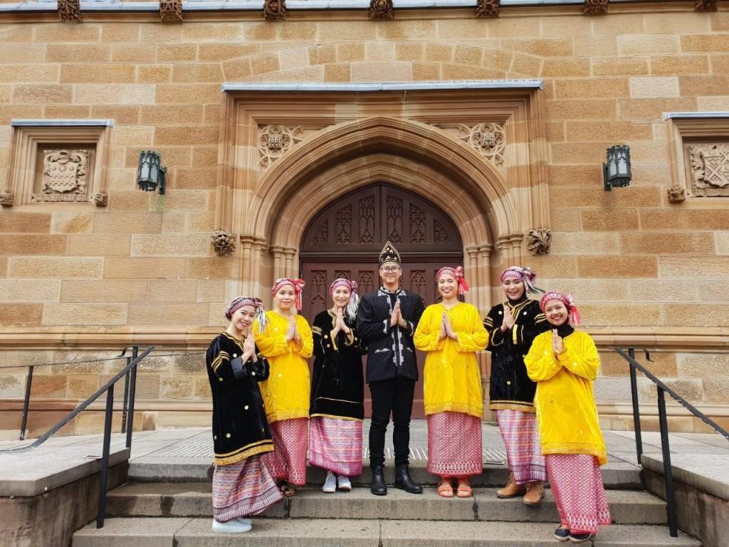Saya (urutan dua dari kanan) berpose bersama para penampil tarian Randai dari Sumatera Barat di acara graduation day University of Sydney.