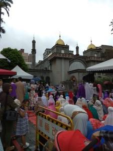 Suasana shalat Idul Fitri di Grand Mosque, Taipei City; Sebagian besar penduduk Muslim di Taiwan adalah pekerja migran dari Indonesia