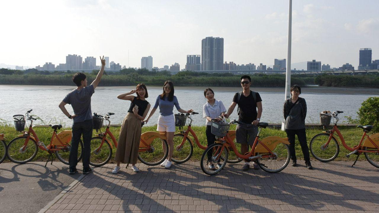 Taiwan mempunyai sistem tata kota dan transportasi yang modern, nyaman, dan aman, sehingga banyak kegiatan bersantai sederhana yang menyenangkan, seperti misalnya menikmati senja sambil bersepeda di pinggir sungai bersama teman-teman