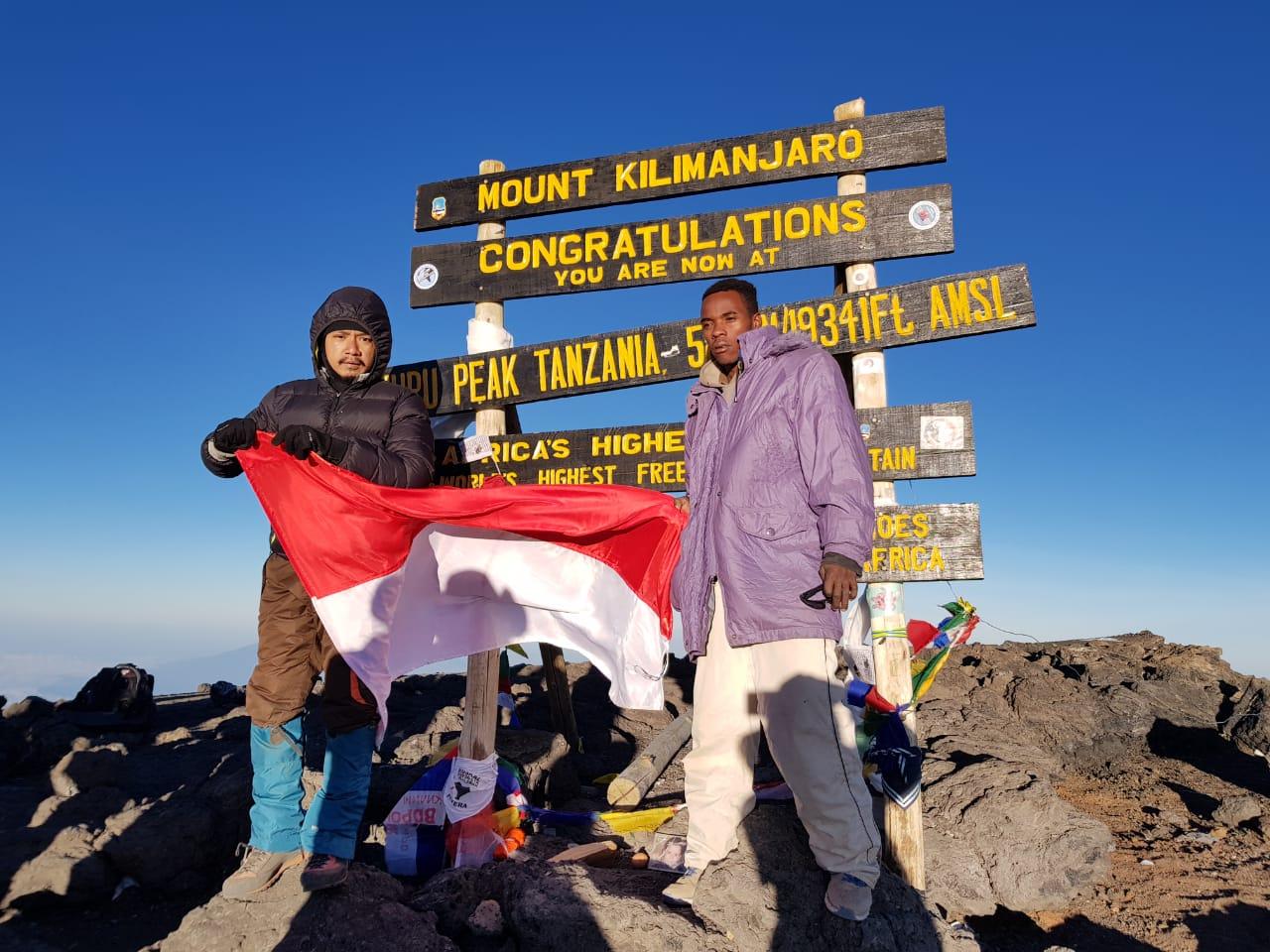 Akhirnya mencapai puncak Gunung Kilimanjaro setelah lima hari mendaki