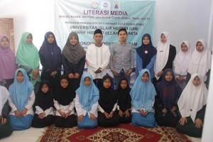 Kang Deden bersama beberapa santri seusai kegiatan Literasi Media