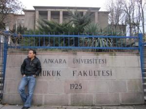 Kang Deden berpose di depan kampus Ankara University