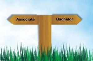 Memilih antara Associate atau Bachelor's Degree (Source: HCID)