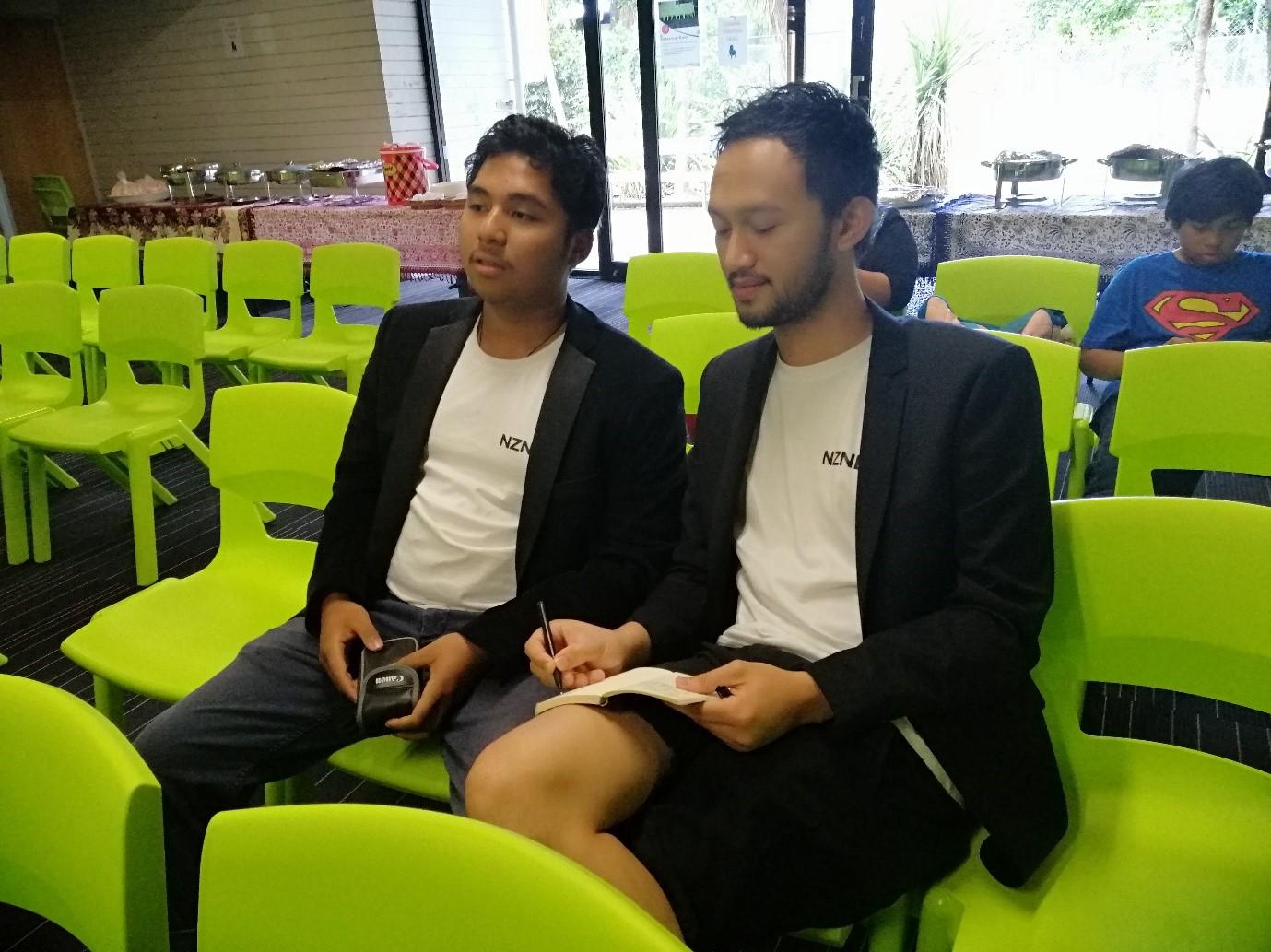 Naufal Haritsyah (kiri) dan Irawan (kanan) saat meliput konten untuk nznesia