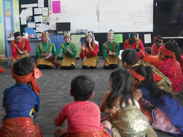 Performing Ratoh Duek dance and introducing Indonesian culture to primary school students in Melbourne