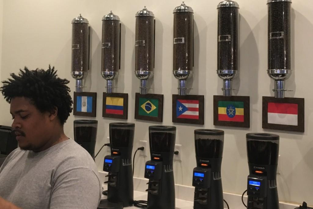 Menemukan sebuah kedai kopi di kota kecil Savannah yang menjual kopi asli Indonesia.