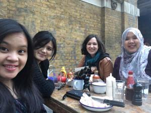 Flatmates tak hanya jadi partner tinggal, tapi juga jadi teman paling dekat selama studi di London. Foto oleh Baqarina Hadori.