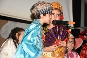 Murid-murid saya mengenakan pakaian adat Indonesia