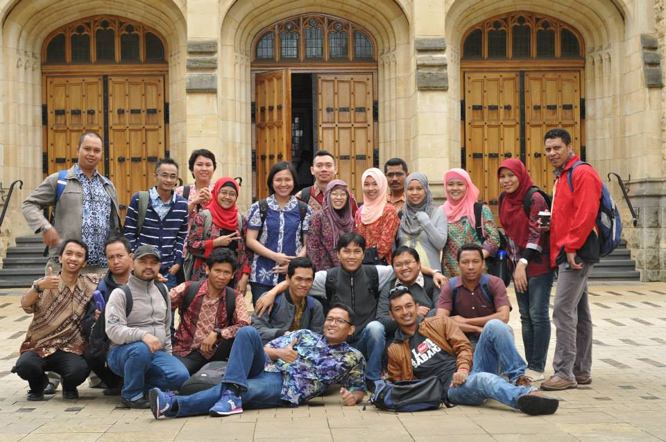Taking picture together with Indonesian students awarded Australia Award Scholarship in in front Bonython Hall at the University of Adelaide in 2014