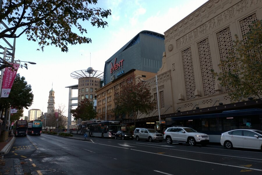 Queen St., salah satu lokasi paling ramai di Auckland, katanya